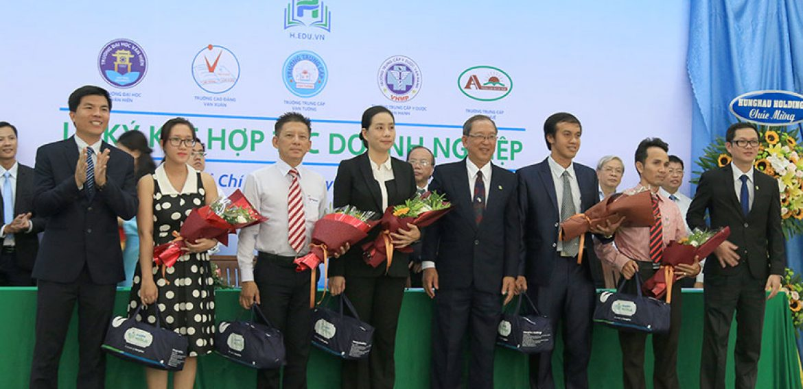 HORIZON TESOL representatives and Hung Hau Group (HEDU) hold a signing ceremony