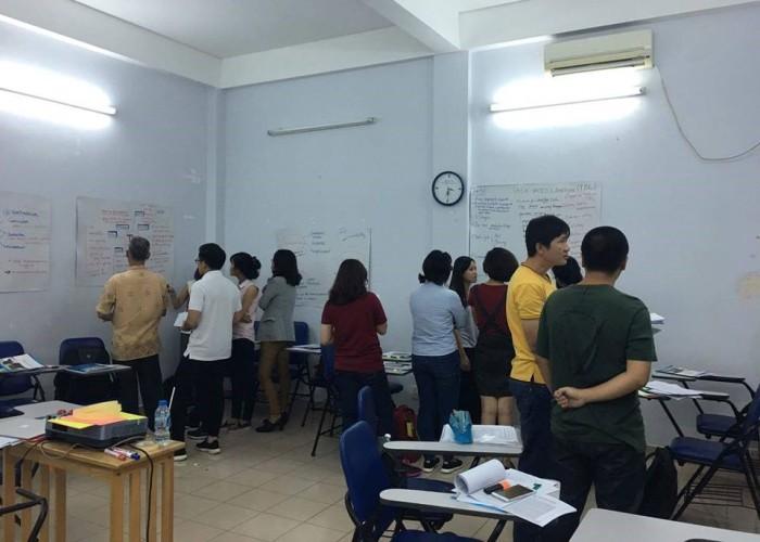 Học sinh di chuyển theo nhóm để lắng nghe các điểm kiến thức trọng tâm trong module vừa học