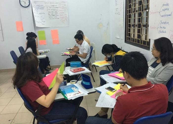 Học sinh đang ghi chú những điểm kiến thức được tổng hợp và trình bày bởi các nhóm