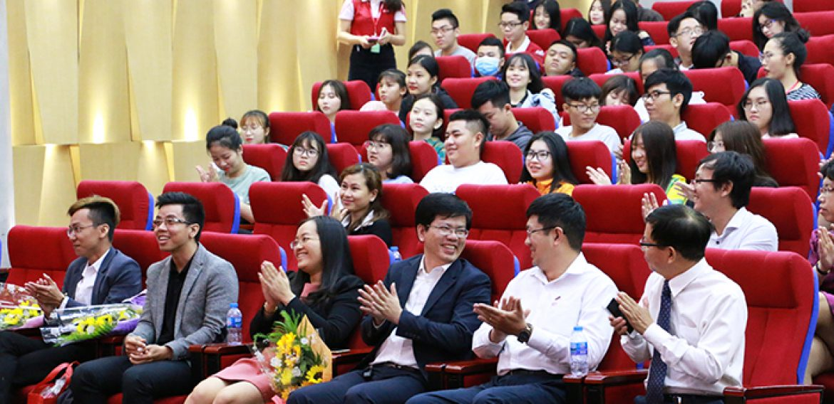 HIU's students learn English with the Professors