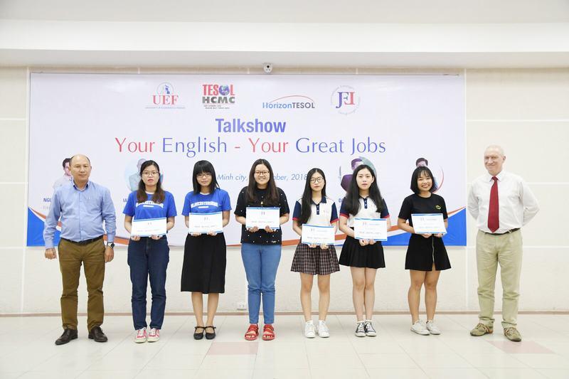 Nhà báo Nghiêm Sĩ Dũng -Giám đốc Trung tâm Ngoại ngữ Báo chí (TTXVN)trao các suất học bổng tiếng Anh cho sinh viên UEF.