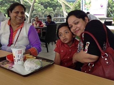 Bà Kamini Lakhani cùng trẻ em tự kỷ