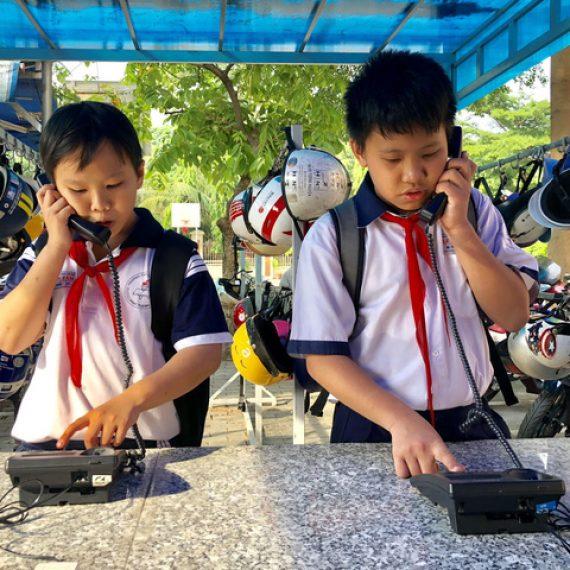Các trường học thành phố Hồ Chí Minh áp dụng những biện pháp cũ để hạn chế việc sử dụng điện thoại thông minh