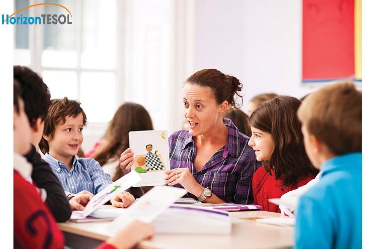 Không khí vui vẻ bằng các hoạt động hoặc trò chơi sẽ giúp học sinh dễ tiếp thu hơn là những lý thuyết khô cứng